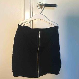 Svart kjol från New Yorker med kedja✨✨