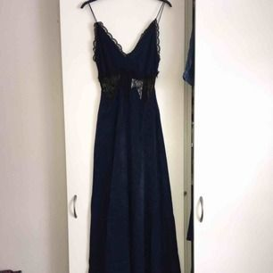 Supersnygg marinblå balklänning som tyvärr var för liten för mig. Helt oanvänd med prislappen kvar. Köpt för 870kr. Frakt ingår i priset.