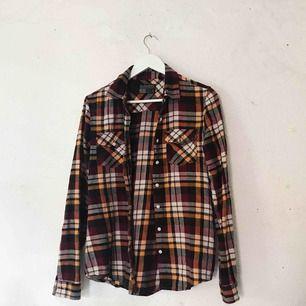 Sjukt fin flanellskjorta från Saints & Mortals. Lite oversize i storleken så sitter ej tight. Använd ett fåtal gånger. Frakt tillkommer 🌹