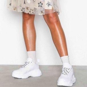 Snygga vita chunky sneakers från Nelly. Användes förra sommaren men fortfarande i bra skick!  Svartvita skosnören skickas med.   Hämtas upp i Göteborg/köparen står för frakten