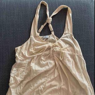 Tunnt hunkydory linne med cool rygg. Färgen är ljusbeige/ljusgul. Storlek M. Använd vid några fåtal tillfällen.