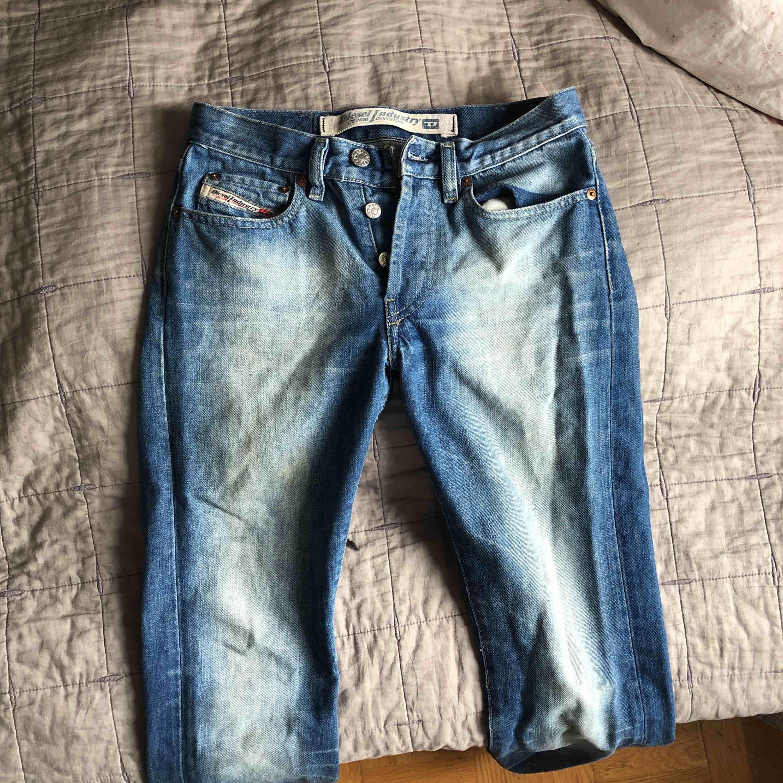 Ett par as snygga diesel byxor som jag nu säljer då jag inte har någon användning av de! Älskar verkligen dessa byxor men knappt använt då jag varit väldigt försiktig med de! Ny pris : 1,700 kr :) . Jeans & Byxor.