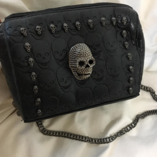 väska med dödskalle