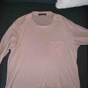Brandy melville långarmad rosa topp. Lite crop för mig som är size 38 176cm lång.