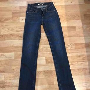 Mörkblå, lågmidjade jeans från Levi's. Storlek 23 men passar en med storlek 24, i mitt fall i alla fall. Säljer för att dom är alldeles för långa för mig. Gott skick. Frakt tillkommer. Tar endast emot swish :)