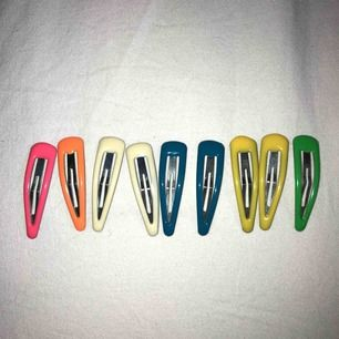 9 st supersöta hårspännen i blandade färger! Säljer även fler hårspännen!!!