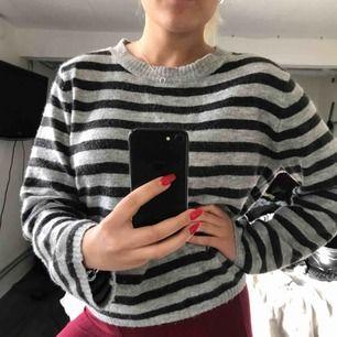 Mjukaste tröjan någonsin från BikBok i storlek M! Den är ljusgrå och svart/grå randig❤️ perfekt längd på armarna🌸 frakt igår! Hör av er vid intresse! (Swish)