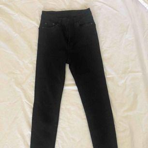 "Dem perfekta svarta tighta jeansen från weekday i modellen ""Thursday black"". Storlek - W24 L30"