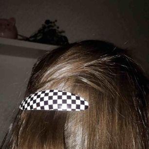 Skitsnyggt hårspänne som är så nice med rätt look!  Frakt går på 9kr. ✨One of a kind, så först till kvarn.