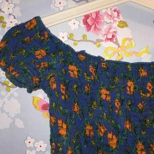En jätte söt magtröja från urban outfitters som går fint nedanför axlarna! En riktig sommar topp🌼 tröjan är som ny⭐️🌼 frakt 30kr 🐢❤️