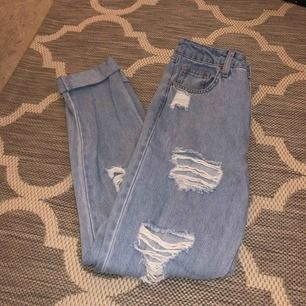 Boyfriend jeans från H&M med snygga slitningar