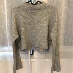 Stickad tröja från H&M. Den är cropad och vida i armarna. Köparen står för eventuell frakt men kan även mötas upp i Stockholm.