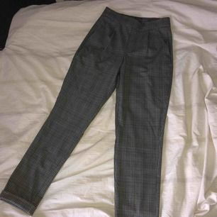 Ett par rutiga kostymbyxor ifrån Nelly.com!! Använt ett par gånger!! Köparen står för frakten 🌸