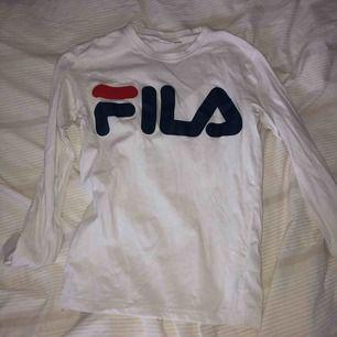 En långärmad tröja i från FILA i storlek XS!! Köparen står för frakten 🌸