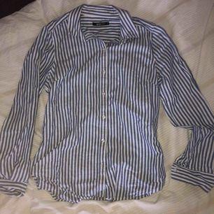 En blå/vit randig skjorta ifrån Gina Tricot i storlek 36! Köparen står för frakten 🌸