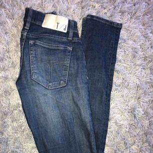 tiger of sweden jeans i storlek 24/32. för små för mig därav aldrig använt dom. jag fraktar men köparen står för frakten, kontakta mig om du vill ha fler bilder💗