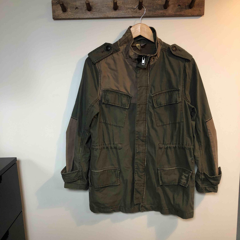 Kakigrön army jacka från H&M med olika detaljer. Mycket fint skick. . Jackor.