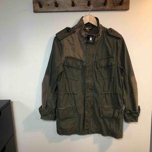 Kakigrön army jacka från H&M med olika detaljer. Mycket fint skick.