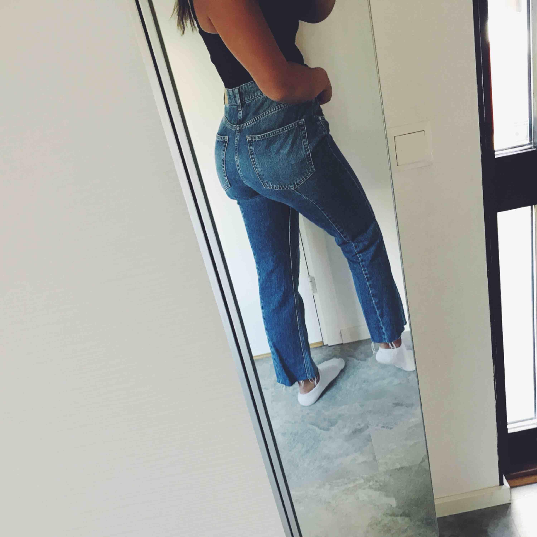 skit snygga jeans från ginatrecot i storlek 40, aldrig använda! därav fint skick. jag fraktar men köparen står för frakten, kontakta mig om du vill ha fler bilder💗. Jeans & Byxor.