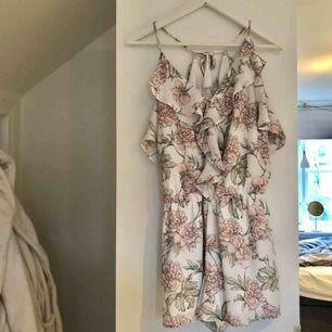 Jättefin blommig jumpsuit. Säljer pga att den ej kommit till användning. Köpare står för frakt!😊