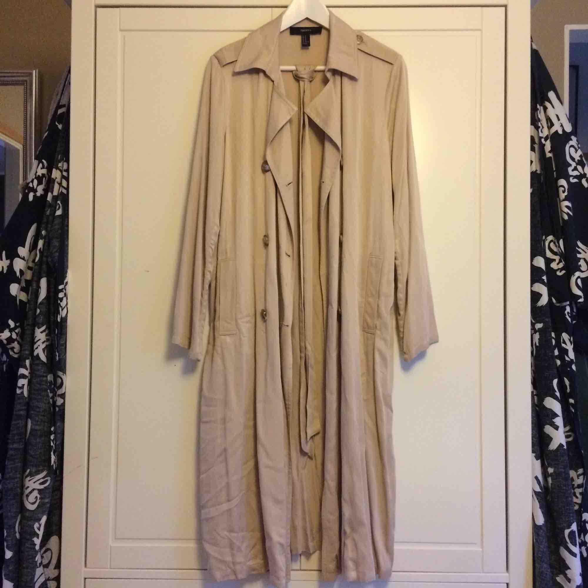 Trench coat perfekt som vårjacka! Aldrig använd pga av för kort för mig. Köparen står för frakt. Kan även mötas i Helsingborg. . Jackor.