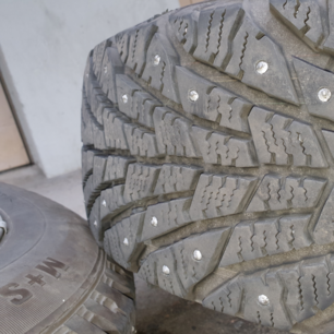 Riktigt fräscha vinterdäck inte alls mycket använda säljer av dem då jag bytt bil. Sava Eskimo Ice  1 Bredd:215 2 Profil:55 15tum. Nypris: 1552kr st