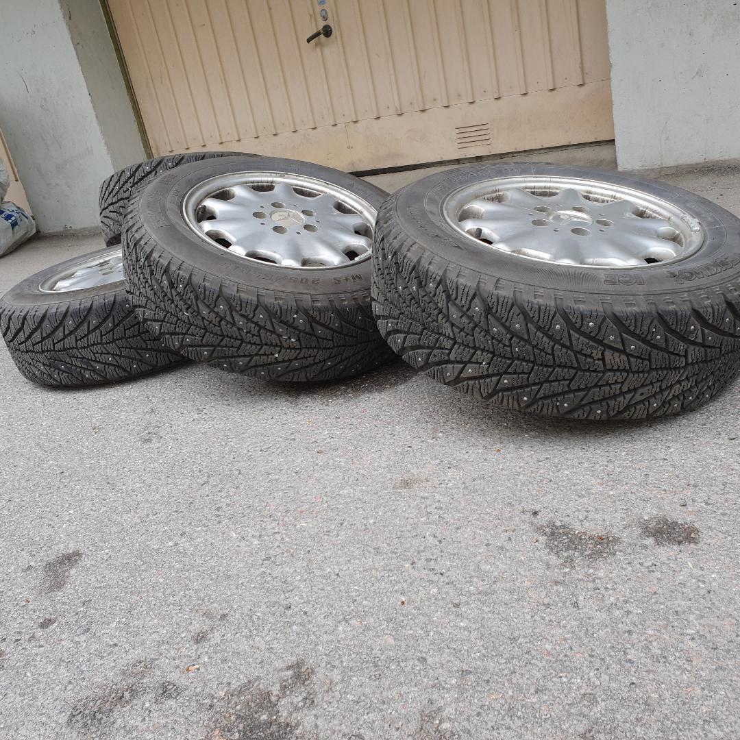 Riktigt fräscha vinterdäck inte alls mycket använda säljer av dem då jag bytt bil. Sava Eskimo Ice  1 Bredd:215 2 Profil:55 15tum. Nypris: 1552kr st. Övrigt.