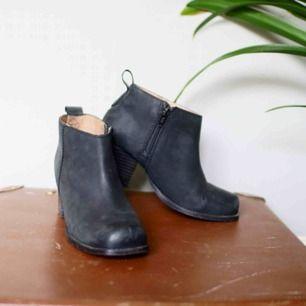 Ankel boots. Genuine leather klackar från H&M, strl. 37. US 6.  Väldigt fint skick!  Kan mötas upp och annars står köparen för frakten. (: