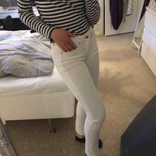 Skitnsygga vita jeans från CK väldigt väl använda, lite  beigea sömmar vilket är trendigt nu. Skickar mot fraktkostnad!  Snygg passform o härligt meterial