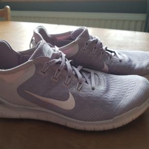 Nike Free sneakers, använda mycket sparsamt. Mjuka och sköna att gå i.