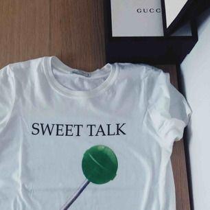 Häftig t-shirt från NLY TREND som passar utmärkt till sommaren.