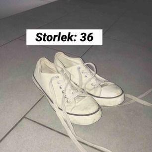 Ett par vita låga sneakers i storlek 36! De är använda och har får lite smuts på sig men är väldigt enkelt att ta bort då de är tygskor (kan tvättas) 💕