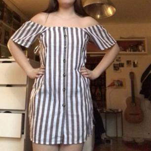 Säljer denna helt nya randiga off shoulder klänning! Knapparna är inte öppningsbara!❤