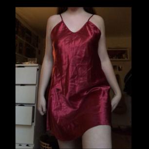 Säljer denna jättefina o sköna vinröda silkesklänning!❤