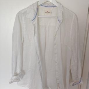 Vit linneskjorta från Holly and White, lös och ledig i modellen! Skickas mot frakt