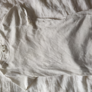 Vit oanvänd t-shirt från Monki med högre hals. Skickas mot frakt