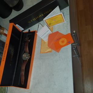 Väldigt fin och väl omskött stuhrling klocka utan repor. Rosé guld med ett snyggt läder armband. Certifiering äkta. Garanti kortet medföljer även det. Nypris ca 5200kr Mitt pris 3000kr.