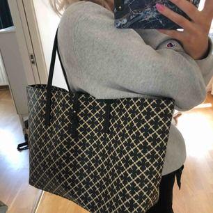 Superfin väska från märket By Malene Birger, superfint skick då den inte är använd så mycket, perfekt som skolväska!! Köpt för 2395 kr💜