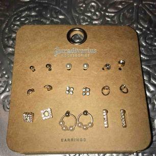 9 st små guldiga örhängen. Jättefina att ha om man har flera hål! Frakten ingår i priset!!