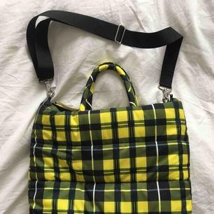 Rutig dun-väska från weekday, väldigt rymlig, stor innerficka med dragkedja, kan bäras antingen i handtagen eller med axelremmen som är avtagbar