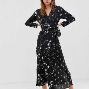 Långklänning i omlottmodell med mönster.