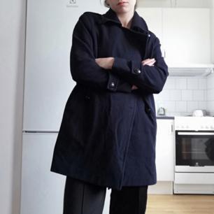 Mörkblå peacoat från Holly & Whyte i stl XS. Oversize så funkar även på stl S. Gjord i 50% ull och 50% polyester. Supersnygg till svarta slacks, magtröja eller polotröja och Adidas superstar för en sportig och clean look! Frakt 63 kr.