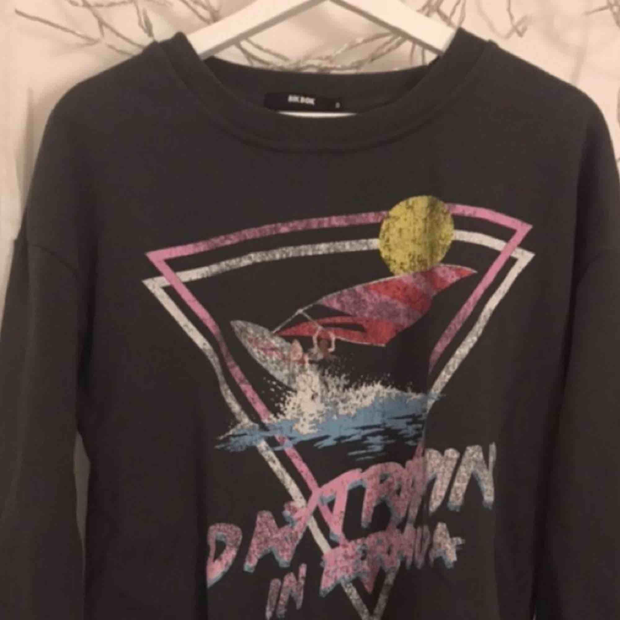 Fett snygg sweatshirt från Bikbok, sparsamt använd. Huvtröjor & Träningströjor.
