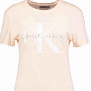 Sällan använd Calvin Klein t-shirt som bara ligger hemma. Beige/rosa i färgen men jätte fin, köpt på Jolina i höstas. Frakt ingår i priset