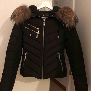 Jätte fin Hollies jacka, använd 1 vinter, frakt ingår i priset. Älta päls :) kontanta för fler bilder