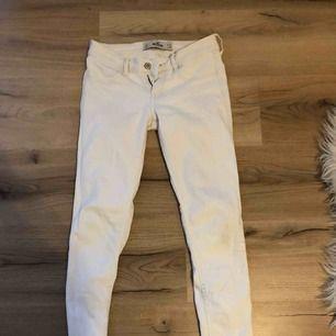 Vita jeans från Hollister, knappt använda men säljer för bra pris! Köparen står för frakt!💖🥰
