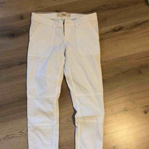 Ett par vita byxor, med synligare fickor i fram. Köparen står för frakt😆