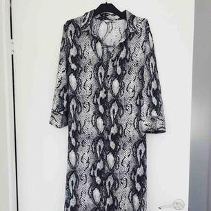 Häftig ormklänning köpt på Vero Moda. Aldrig använt. Priset kan diskuteras.