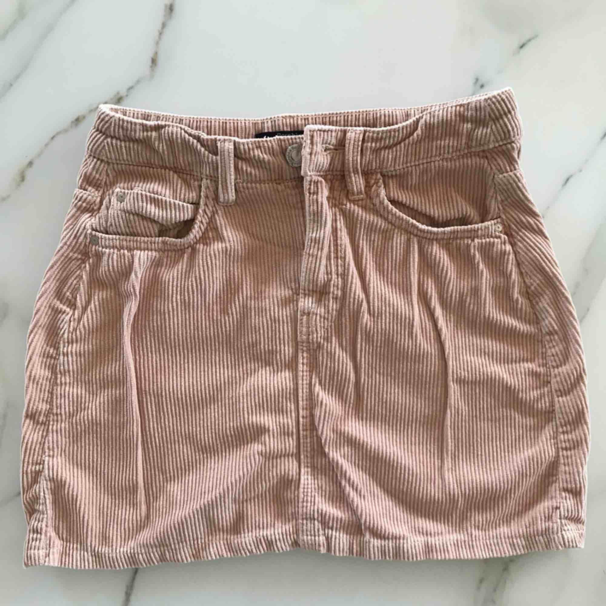 Säljer en sååå fin ljusrosa manchesterkjol som kommer från berskha. Passar perfekt nu till sommar och vår!!🌸kjolen är mer rosa än vad bilderna visar. Fraktar med köparen står för fraktkostnaden😊. Kjolar.