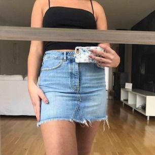 Säljer min absoluta favorit jeanskjol från ginatricot då den tyvärr blivit an aning för liten för mig😢den perfekta jeansblåa färgen med lite slitningar vid fickorna. Fraktar men köparen står för fraktkostnad🥰